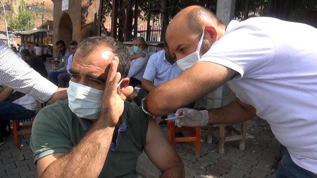Muş'ta sağlıkçılar ev ve kahvehaneleri gezerek vatandaşlara aşı yaptı