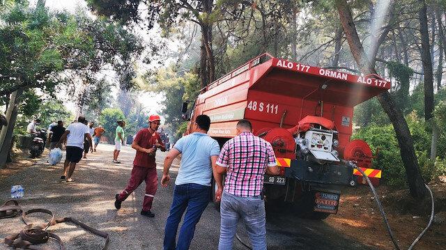 Marmaris'te vatandaşlar da yangınla mücadeleye katıldı: Kovayı damacanayı kapan yardıma koştu