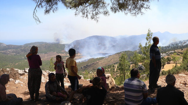 Çaresizliğin fotoğrafı: Köylerinin yanışını tepeden izliyorlar