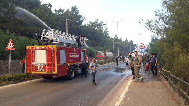 Marmaris'te orman yangını: İçmeler Karayolu trafiğe kapatıldı