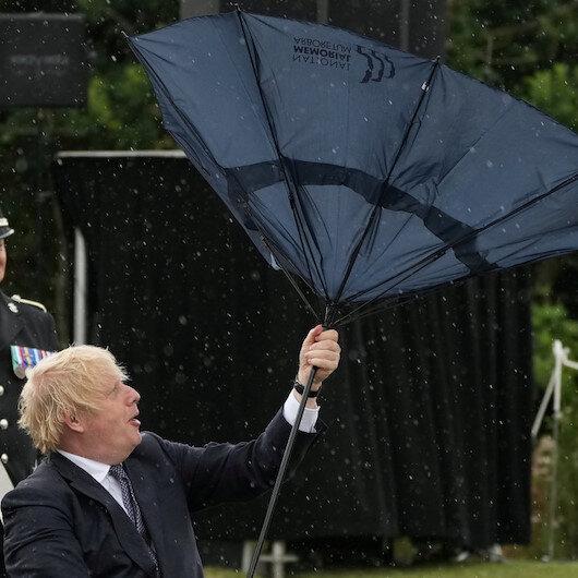 Boris Johson'un şemsiye ile zor anları güldürdü