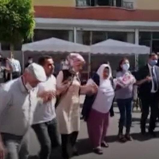 Oğlu güvenlik güçlerine teslim olan Ayşegül Biçerin bayram günü: HDP binası önünde kurban kestirip halay çekti