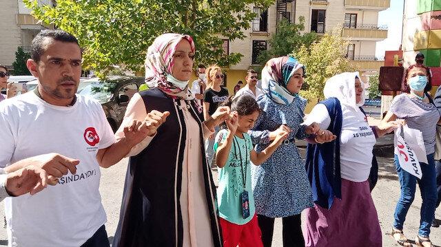 Oğluna kavuşan anne Ayşegül Biçer'in bayram günü: HDP binası önünde kurban kestirip halay çekti