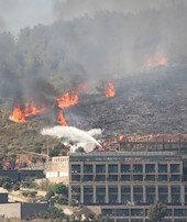 Alevler iki otelin bahçesine kadar dayandı