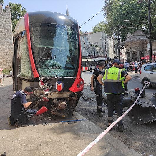 İstanbulda tramvay raydan çıkarak elektrik direğine çarptı: Şans eseri yaralanan olmadı