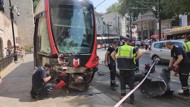 İstanbul'da tramvay raydan çıkarak elektrik direğine çarptı: Şans eseri yaralanan olmadı