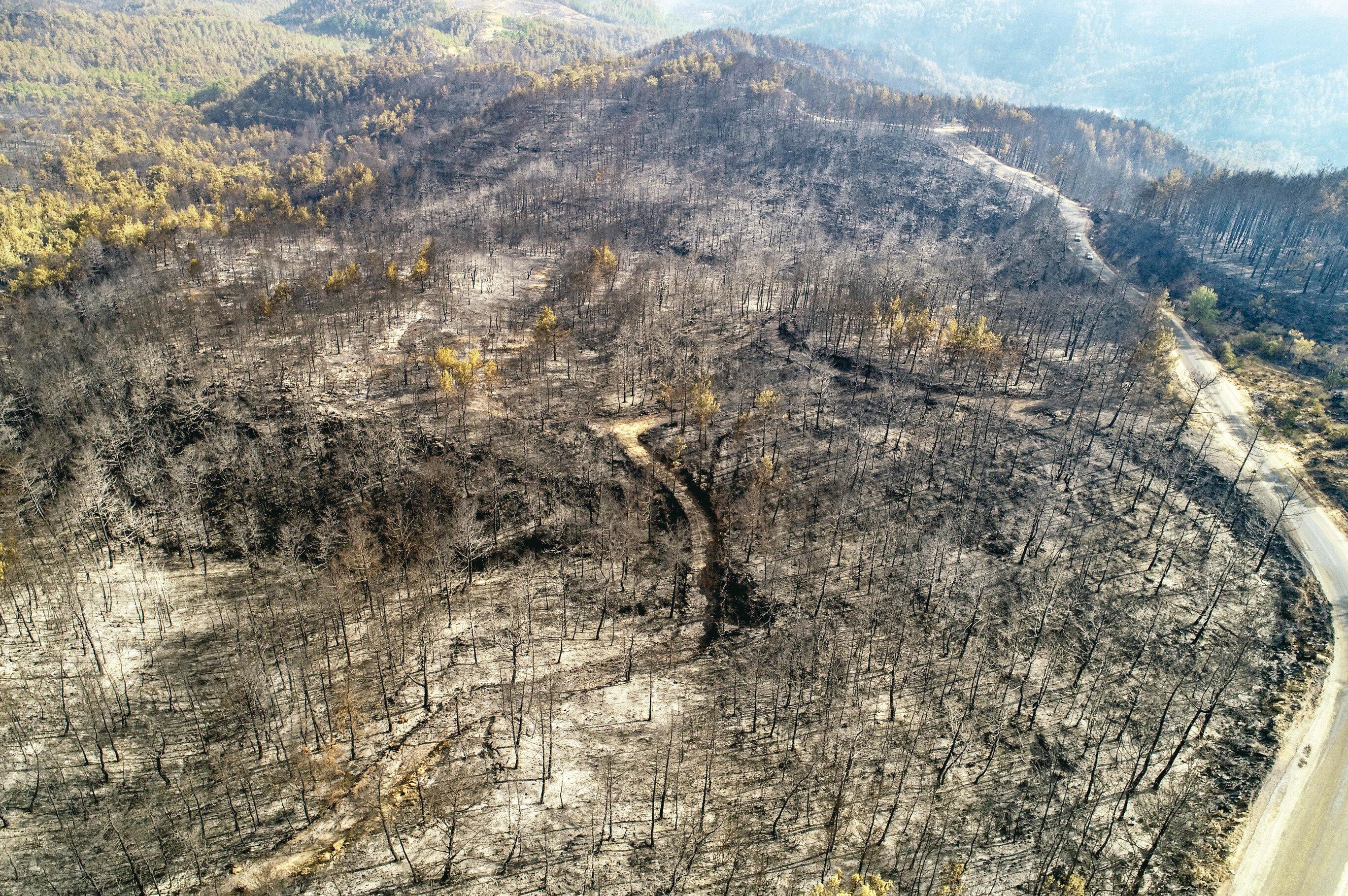 Antalya'da yangın söndürme helikopteri pilotlarının müdahale sırasında çektiği görüntüler, yangının boyutunu gözler önüne serdi. Bölgede söndürülen alanlar da dronla görüntülendi.