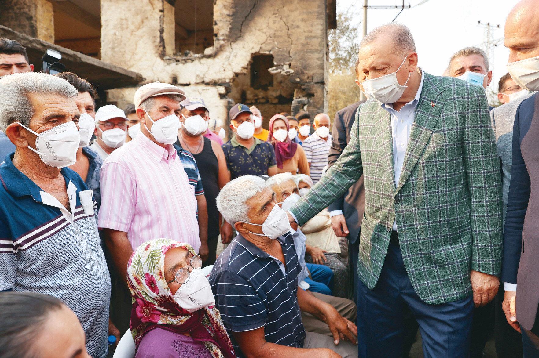 Erdoğan, Manavgat Kalemler Mahallesi'ni ziyaret ederek vatandaşlara geçmiş olsun dileklerini iletti.