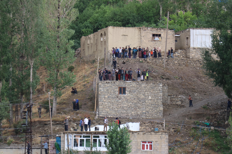 Vatandaşlar evlerin çatılarına çıktı.