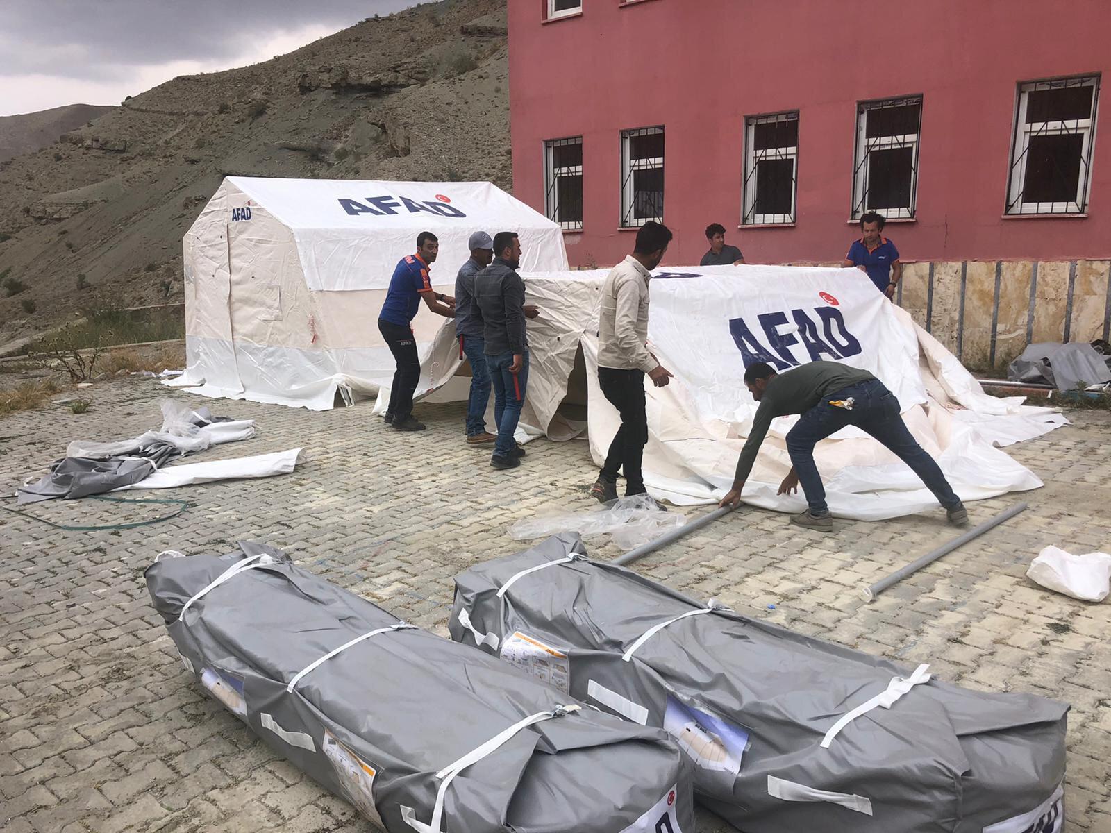Selde evleri zaman gören vatandaşlar için çadır kurulumuna başlandı.