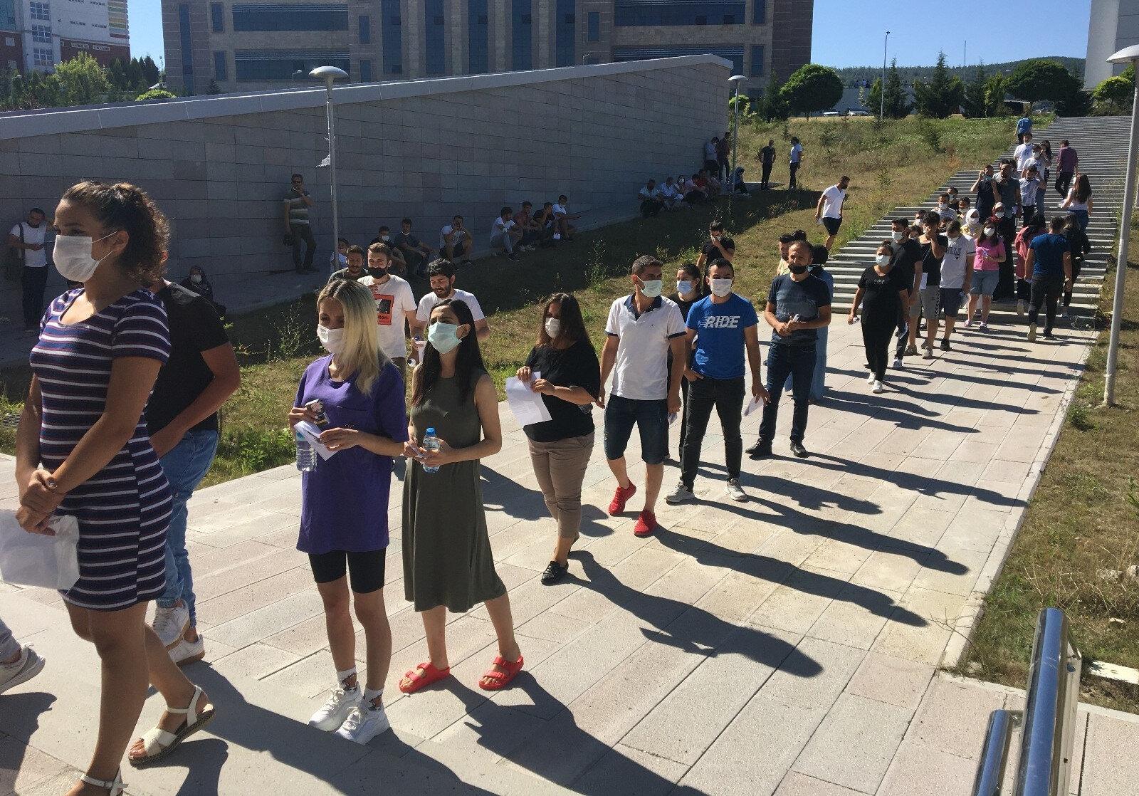 Bartında KPSS sınavı öncesi bazı binaların önünde uzun kuyruklar oluştu.
