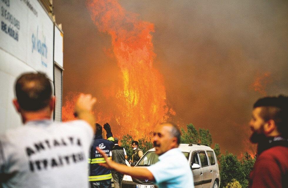Manavgat'taki yangının şiddeti fotoğraflara böyle yansıdı.
