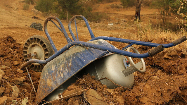 Manavgat'ta alevler mahalleyi sarınca evde bulunan tüpleri el arabasının altında korudular