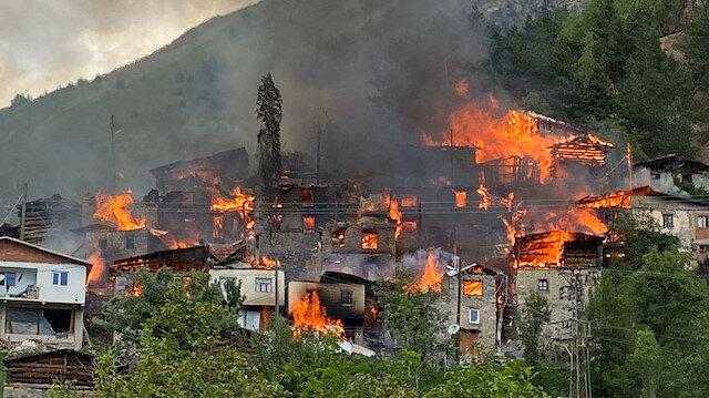 Yusufeli'deki yangın kontrol altına alındı: 33 ev ile 5 samanlık kullanılamaz halde