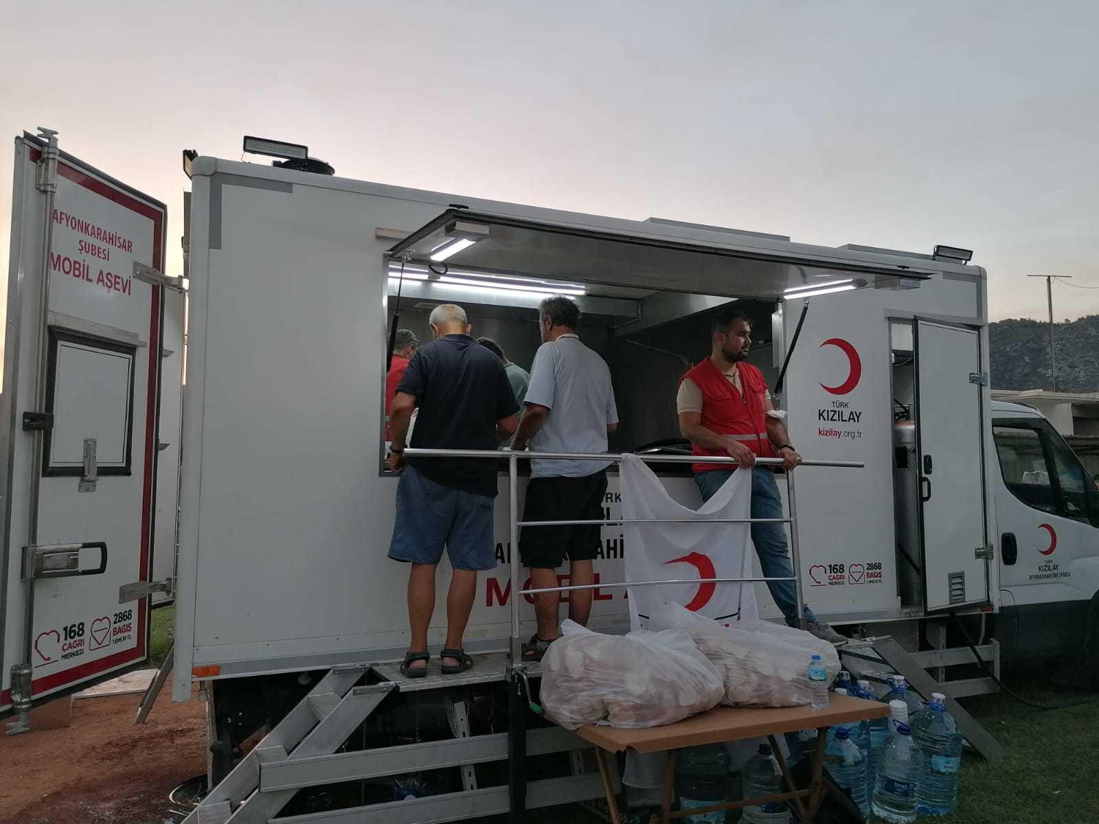 Kızılay, Milas'ta vatandaşlara ve yangını söndürmek için görev yapan ekiplere akşam yemeği dağıtıyor.
