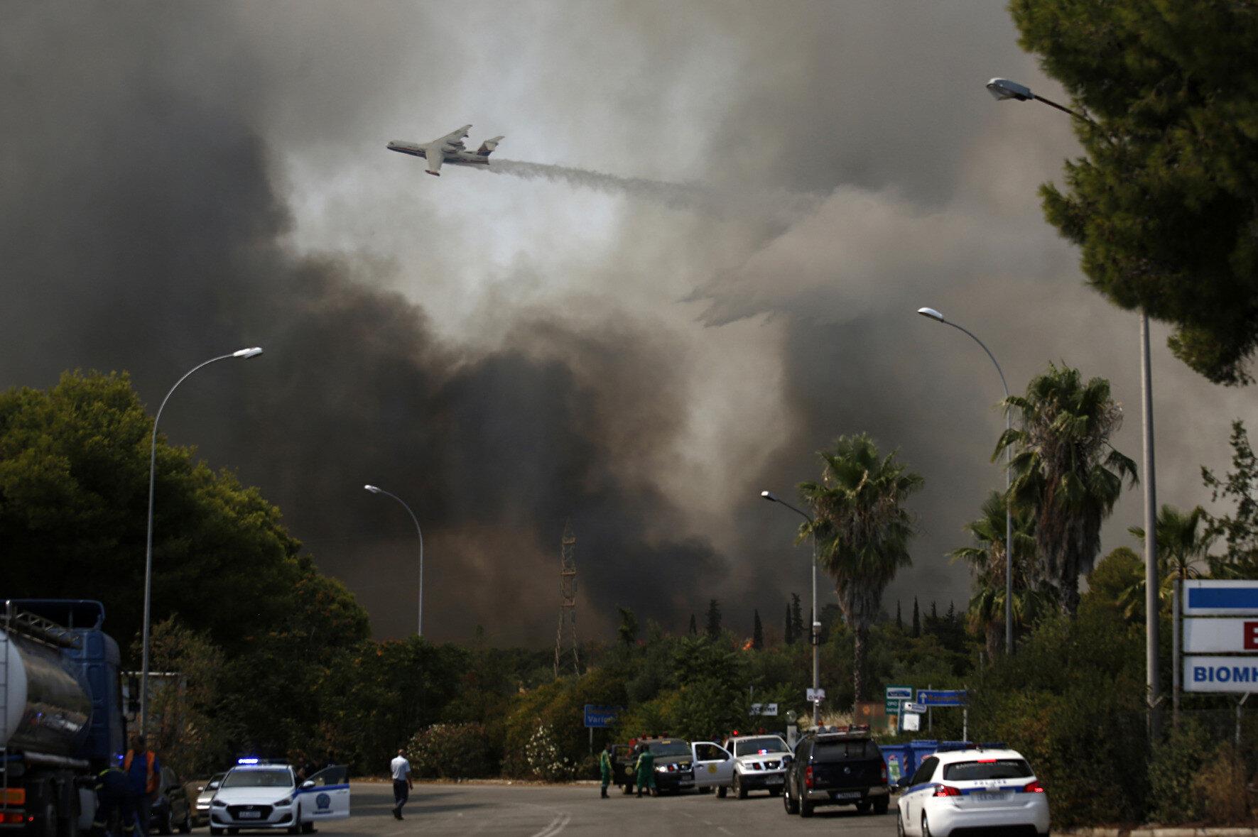 Yunanistan'da yangınlara müdahale eden bir BE-200