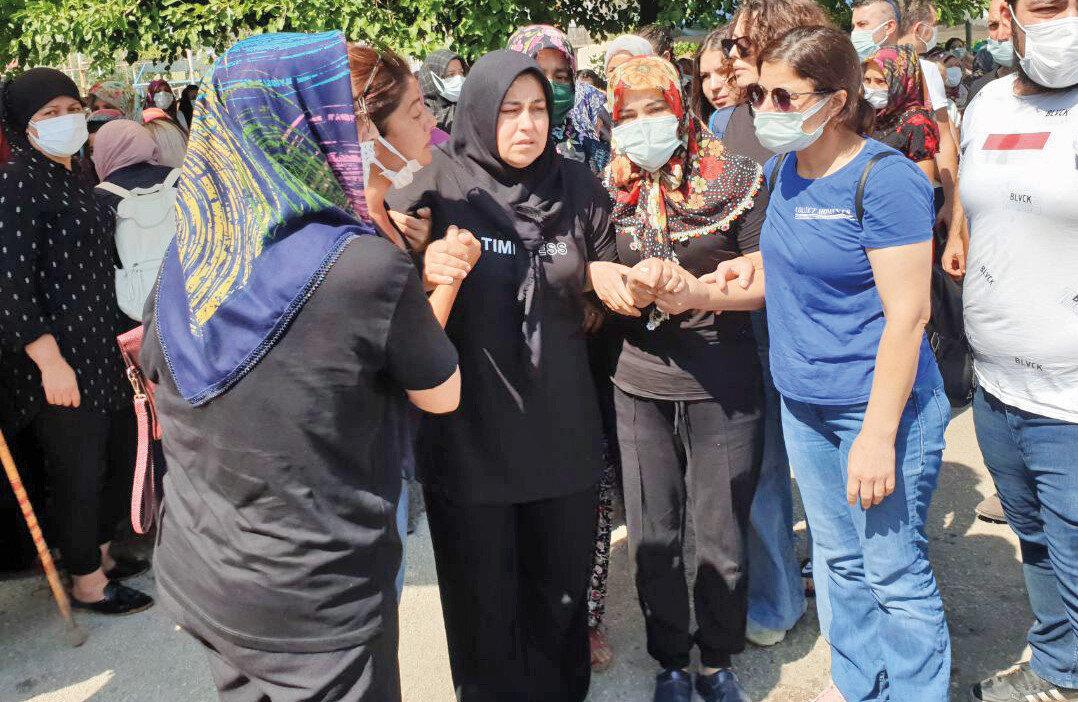 Anne Mezide Haytaoğlu, cenaze töreninde güçlükle ayakta durabildi.