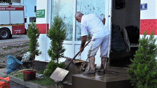 Bursa'da sel faciası: Sağanak nedeniyle birçok ev ve iş yerini su bastı