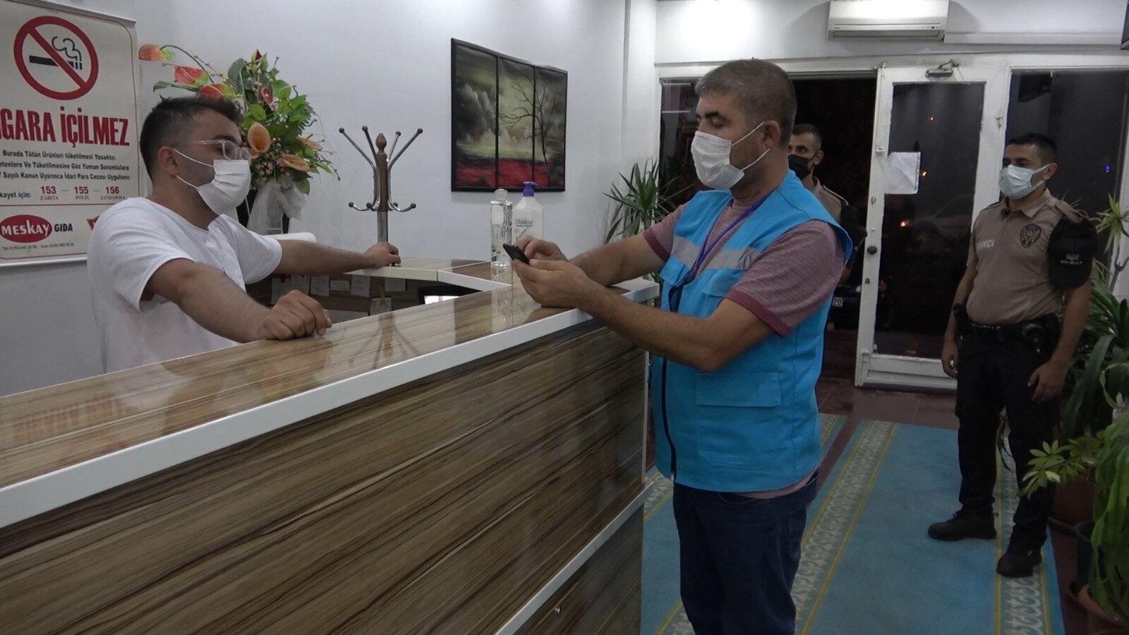 Otel işletmecisine de 4 bin 50'şer lira idari para cezası uygulandı.