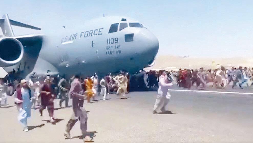 ABD kargo uçaklarının tekerleklerine tutunduğu görülen Afgan sivillerin feci şekilde can verdiği belirtildi.