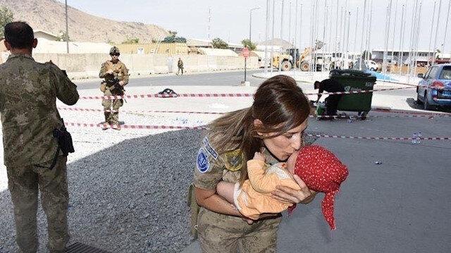 MSB'den yürek ısıtan paylaşım: Mehmetçik'ten Kabil'deki çocuklara şefkat eli
