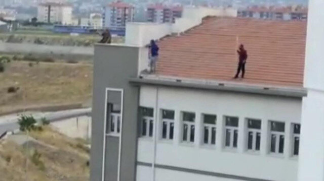 Maaşları aylardır ödenmeyen işçiler okul çatısında eylem yaptı