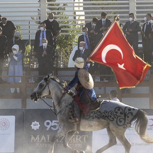 Cumhurbaşkanı Erdoğan Ahlatta atlı gösterileri izledi