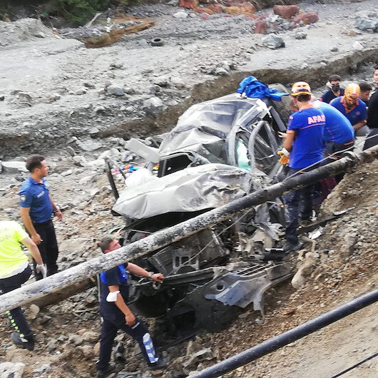 Sel bölgesine giden bakanlık personeli uçurumdan yuvarlandı: Biri ağır üç yaralı