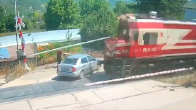 Amasya'da tren otomobili biçti: Araç sürücüsü son anda kurtuldu