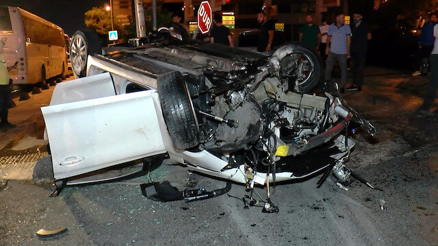 Sancaktepe'de kontrolden çıkan otomobil taklalar attı: Motoru yola düştü