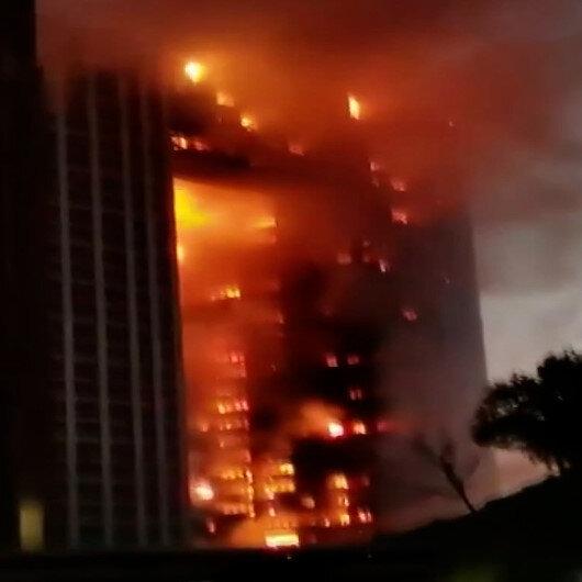 Çinde gökdelen yangını: Alevler binayı sardı