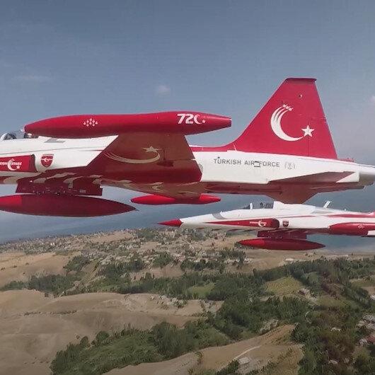 Türk Yıldızlarından Malazgirt Zaferinin 950nci yıl dönümü için nefes kesen gösteri