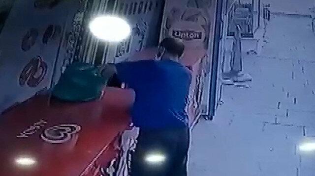 Küçükçekmece'de market sahibinin poşetteki paralarını alıp kaçtı: O anlar kamerada