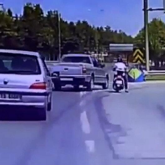 Kocaelide hatalı sollama yapan otomobil motosikletliye böyle çarptı