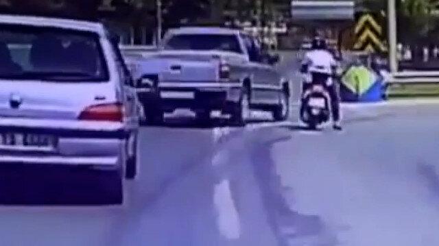 Kocaeli'de hatalı sollama yapan otomobil motosikletliye böyle çarptı