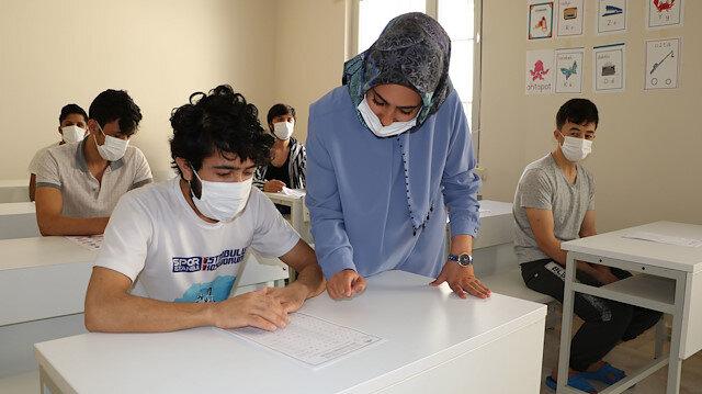 Kaçak göçmenler kaldığı geri gönderme merkezi kapılarını açtı