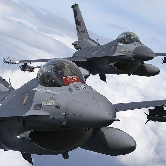 Polonya semalarında uçan Türk F-16ları göz doldurdu