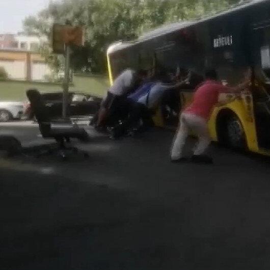 Bayrampaşada İETT Otobüsü yolda asılı kaldı: Vatandaşlar kurtarmak için seferber oldu