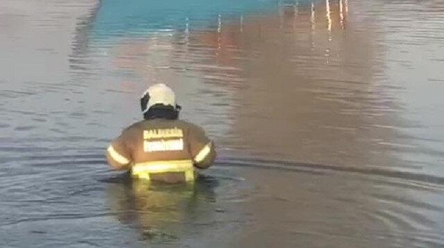 Balıkesir'de itfaiyeciler tekneyi söndürmek için kıyafetleri ile denize girdi