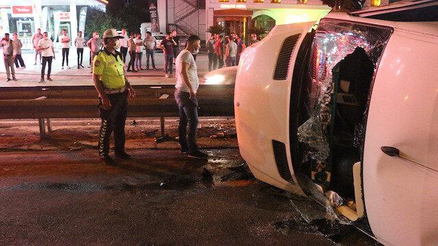 Kontrolden çıkan minibüs bariyerlere çarptı yan yattı: Kazada yaralanan 7 kişi aracın camları kırılarak kurtarıldı