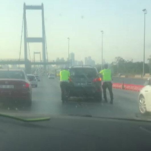 Üsküdarda aracı bozulan şoförün yardımına trafik polisleri koştu