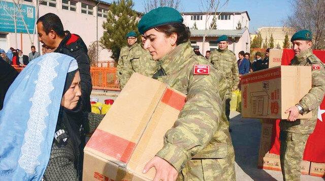 Mehmetçik gönüllerde taht kurdu: Silah değil yardım eli uzattı