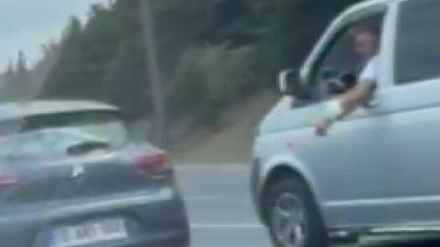 Gebze'de direksiyon başında tartışan sürücüler trafiği böyle tehlikeye attı