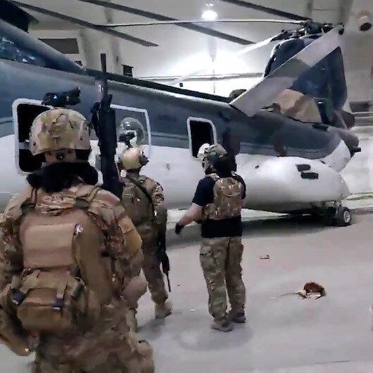 Taliban üyeleri hangarda ABDnin geride bıraktığı chinook helikopterleri inceledi