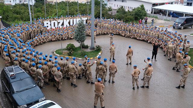 Mehmetçik Bozkurt'a Komando Marşı ile veda etti