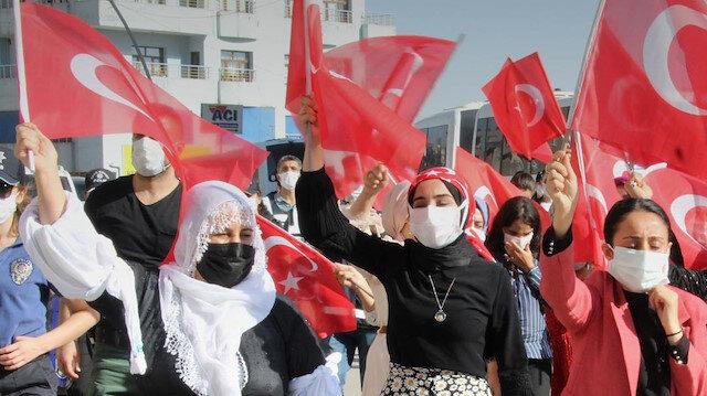 Evladı güvenlik güçlerine teslim olan Şırnaklı anne HDP binasının önünde halay çekti