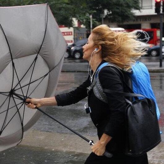 Meteorolojiden kuvvetli rüzgar uyarısı: 90 km hıza ulaşacak çatılar uçabilir!