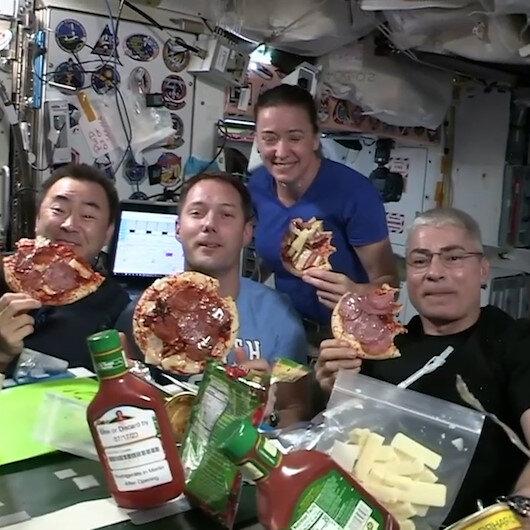 Uzayda yer çekimsiz pizza gecesi sosyal medyada ilgi odağı oldu