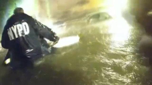 Central Park'ta polis, selde mahsur kalanları böyle kurtardı