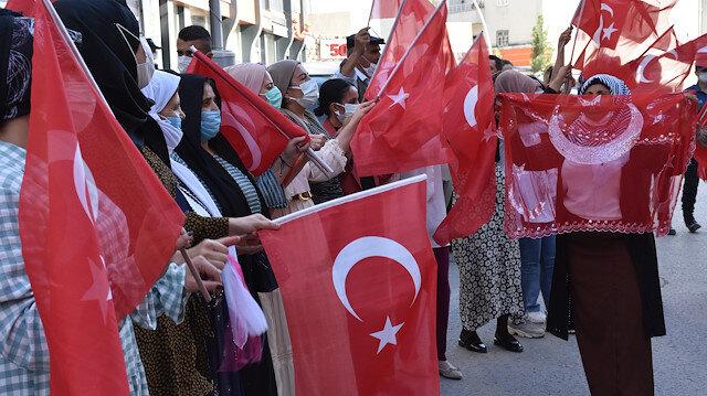 HDP önünde zafer halayı: Terör örgütünün kaçırdığı evladına 6 yıl sonra kavuştular